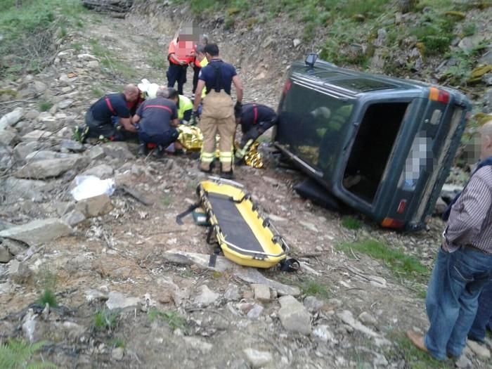 Autoan harrapatutako pertsona bat erreskatatu dute foru suhiltzaileek Garrastatxun