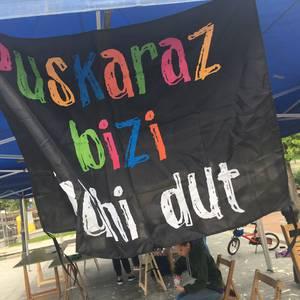 """Ekintzaz eta aldarriz busti dituzte kaleak """"Euskaraz bizi nahi dut"""" egunean"""