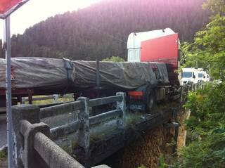 Kamioi batek Arakaldoko sarbide bakarra itxi eta kalteak eragin ditu