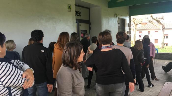 Euskaraldiaren abestiaren koreografia praktikatzen aritu dira Amurrioko AEKn - 2