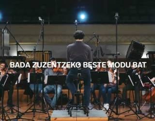Fernando Velazquez konpositore eta orkestra-zuzendariaren balioak bere egin ditu Laboral Kutxak