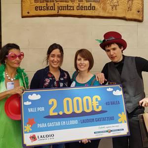 Herriko hainbat saltokitan gastatu du  Beatriz Arjona Matek 2.000 euroko bonoa